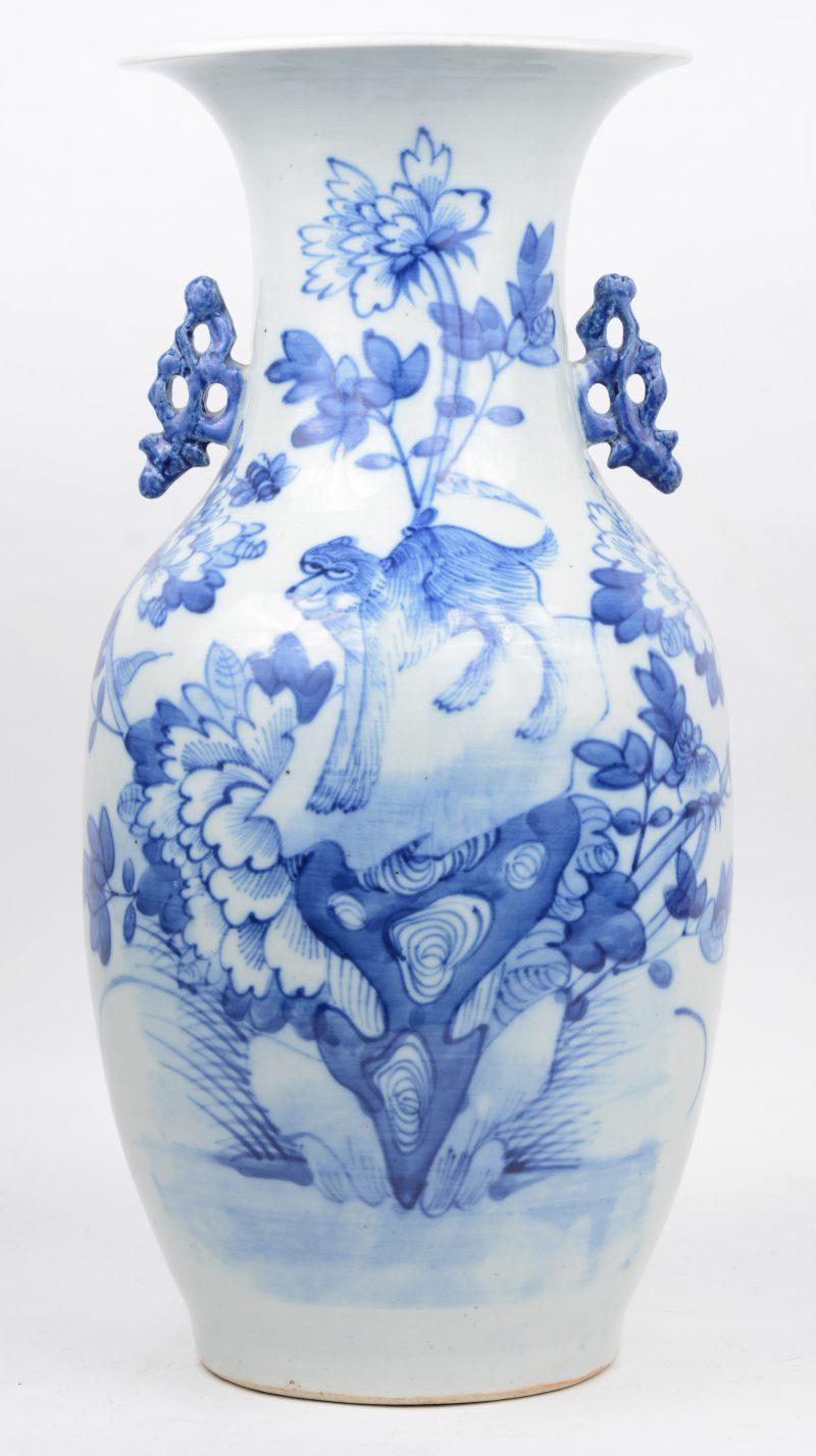 Een balustervaas van Chinees porselein met een blauw op wit decor.