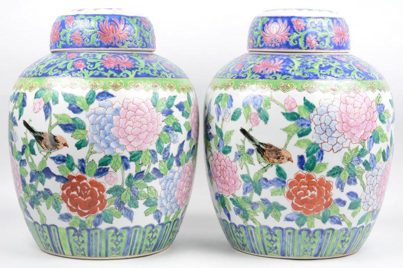 Een paar grote dekselvazen van Chinees porselein met een meerkleurig decor van pioenen en vogels.