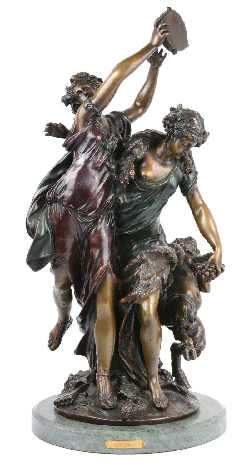 """""""Bacchantische scène"""". Een bronzen groep op marmeren voetstuk naar werk van Clodion."""
