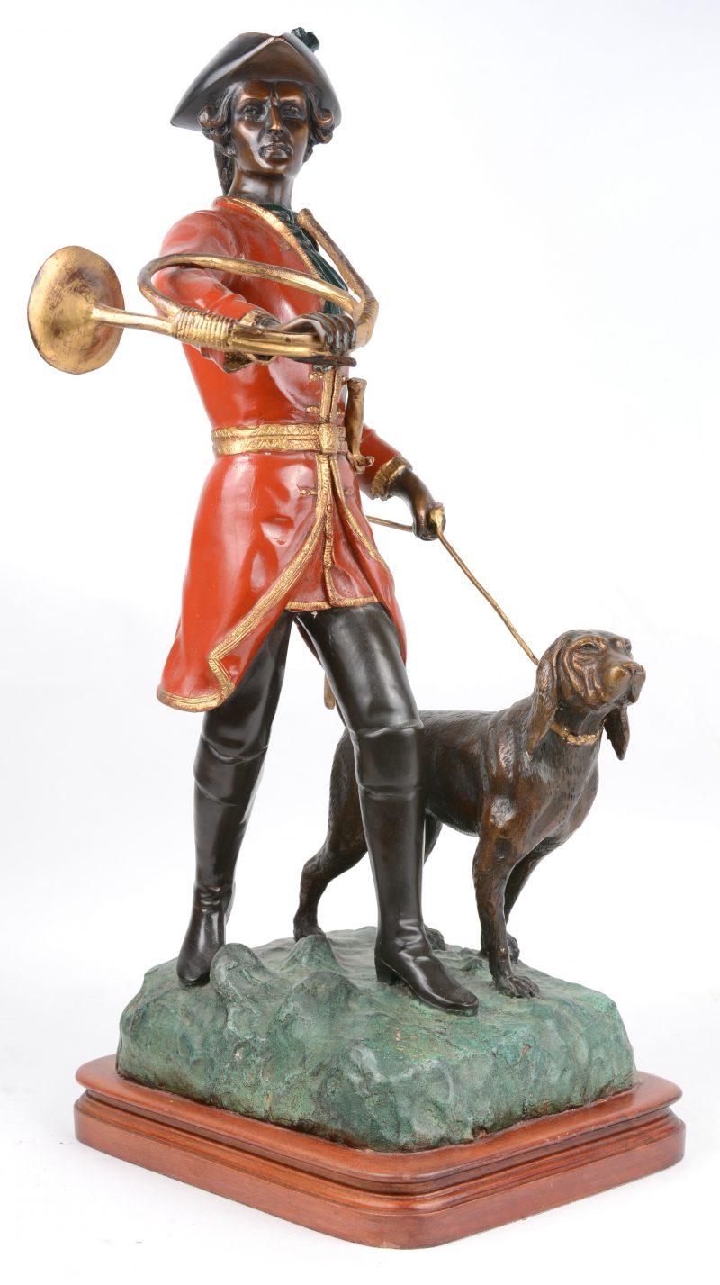"""""""Engelse jager met hond en hoorn"""". Een bronzen groep met deels meerkleurig partina op houten voetstuk."""
