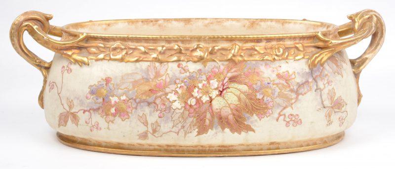 Een aardewerken sierjardinière met meerkleurig en verguld bladerdecor. Onderaan gemerkt.