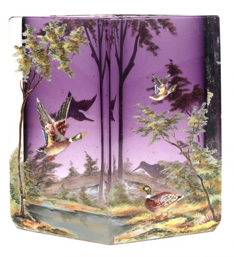 Een vaas van paars glas met een handgeschilderd en verhoogd decor van eenden en grutto's. Kleine randschilfer.