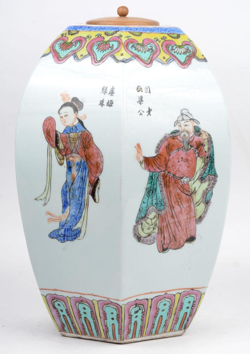 Een zeshoekige dekselvaas van Chinees porselein met decor van personages. Met houten deksel.