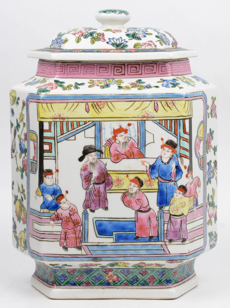 Een zeshoekige Chinees porseleinen theedoos.