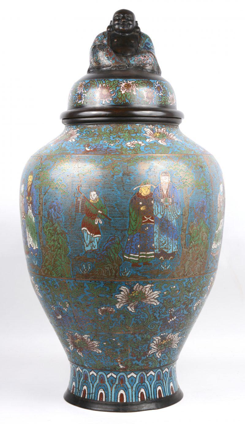 Een grote dekselvaas van cloisonné op koper met een decor van personages en het deksel getooid met een Hotei.