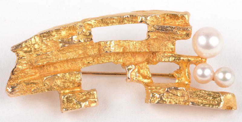 Een 14 K geelgouden broche bezet met drie pareltjes.