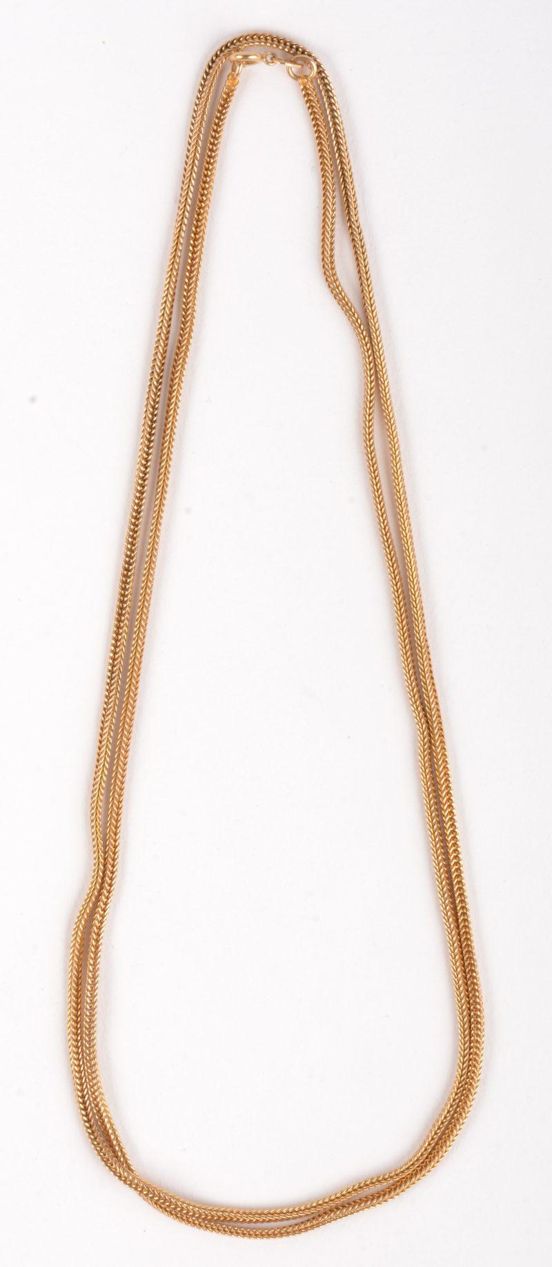 Een 18 K geelgouden lange geweven ketting. l: 39 cm.