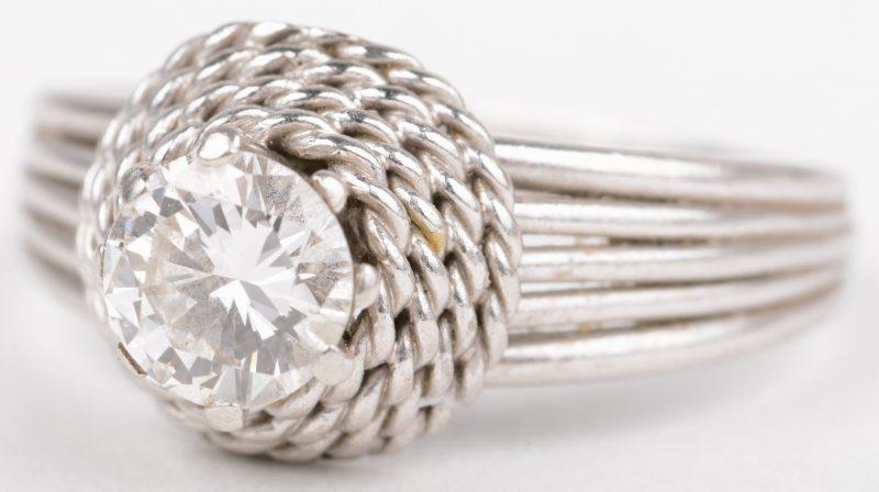 Een 18 K witgouden ring bezet met een solitair van +- 1 ct.