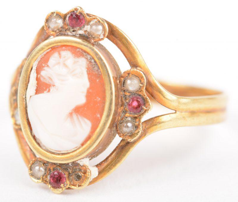 Een 18 K geelgouden ring bezet met een camee, kleine robijntjes en pareltjes. (2 parels ontbreken).