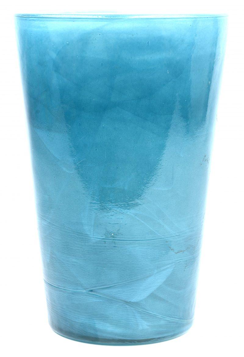 Een zware vaas van blauw glas.