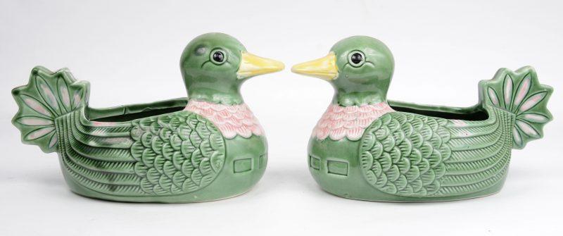 Twee sierjardinières van meerkeurig aardewerk in de vorm van eendjes.