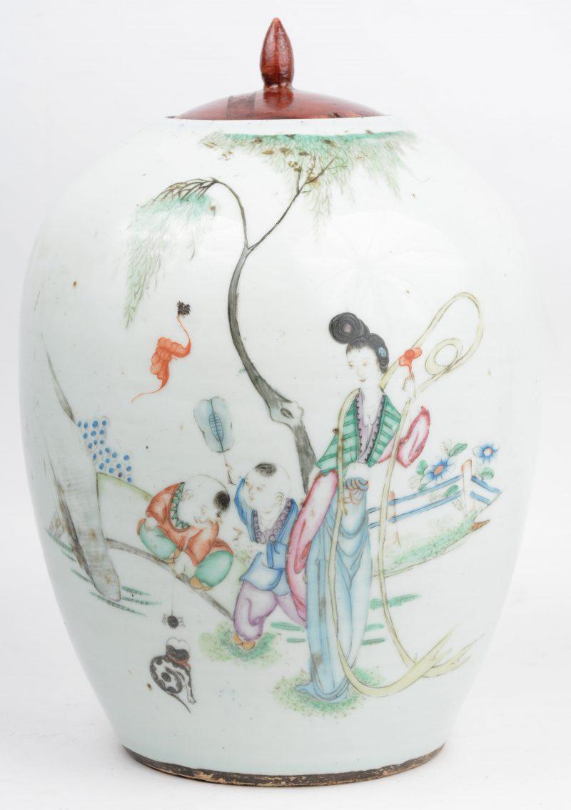Een gemberpot van meerkleurig Chinees porselein met een houten deksel.