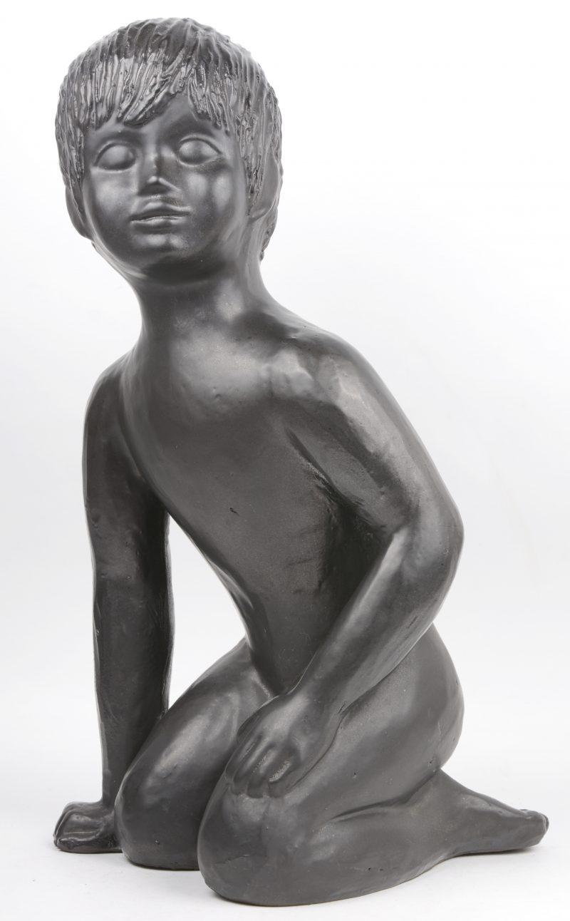 """""""Zittende jongeling"""". Een vintage beeld van donkergeglazuurd aardewerk."""
