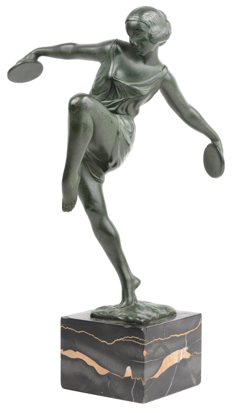 """""""Danseres met cymbalen"""". Een art deco beeldje van kunstbrons op marmeren voetstuk. Gesigneerd."""