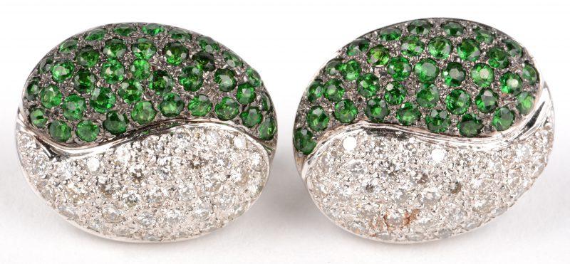 Een paar 18 K witgouden oorbellen bezet met briljanten met een gezamenlijk gewicht van +- 1 ct. en groene periot met een gezamenlijk gewicht van +- 1 ct.