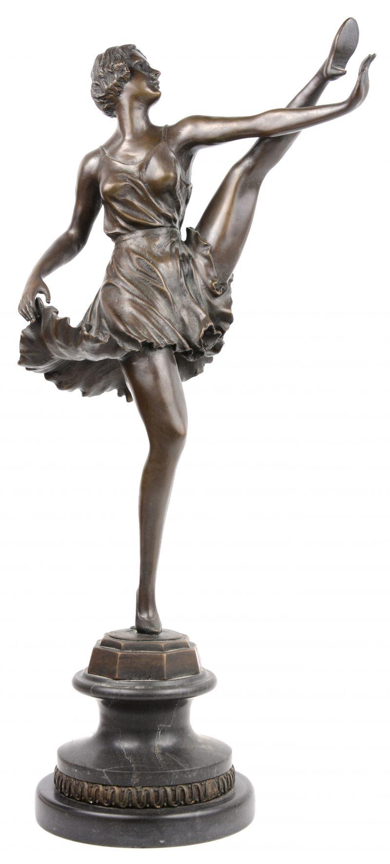 """""""Danseres"""". Een gepatineerd brozen beeld op zwart marmeren sokkel naar een werk van Bruno Zack."""