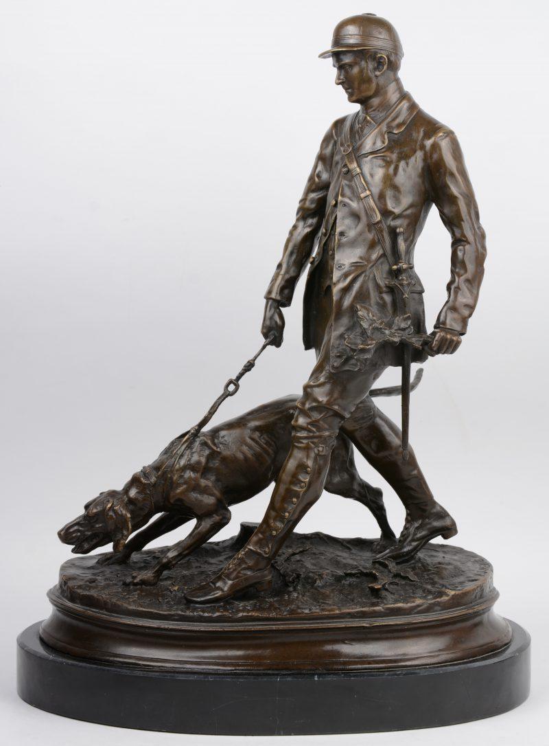 """""""Jager met jachthond"""". Een bronzen groep op zwart marmeren sokkel. Gesigneerd."""