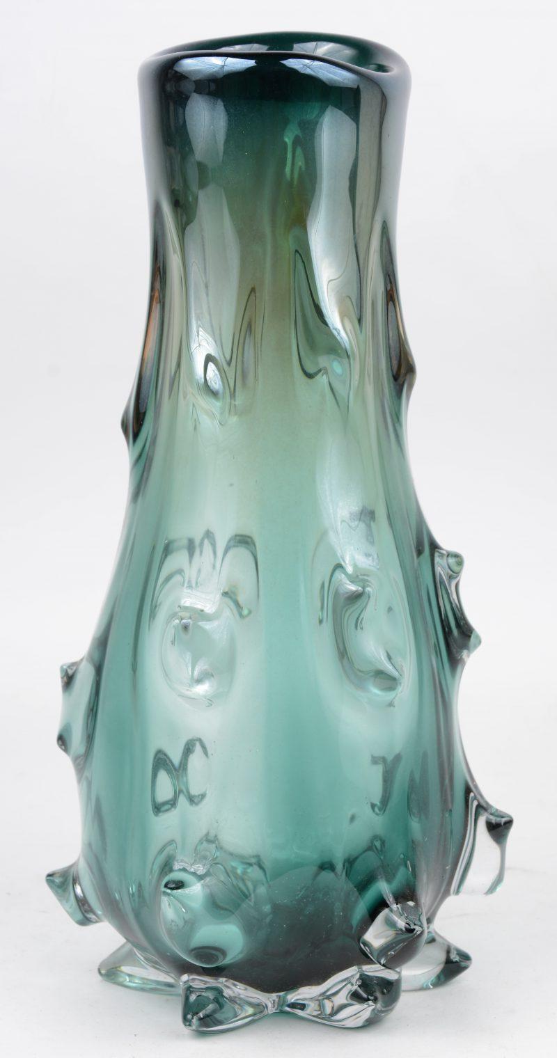 Een groen glazen designvaas.