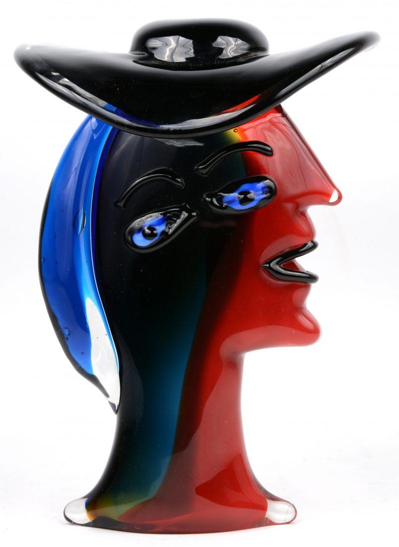 Een dameshoofd van meerkleurig Muranoglas in de geest van Picasso.