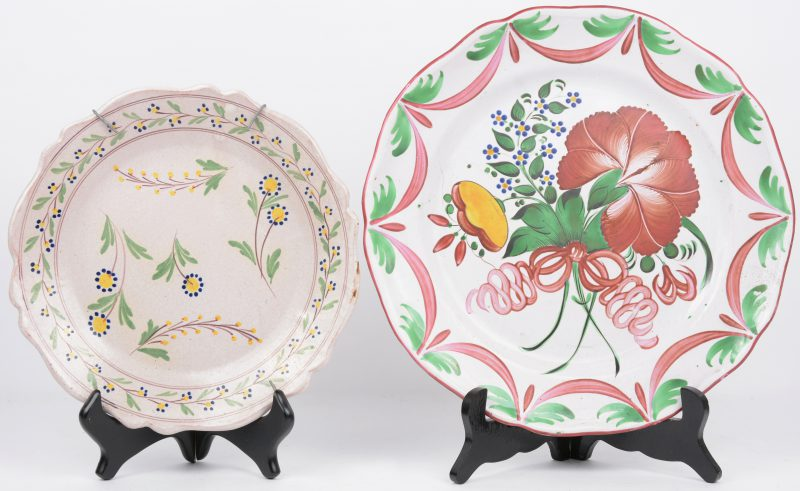 Een schotel en een bord van aardewerk z.g. faience de l'Est. XIXde eeuw.