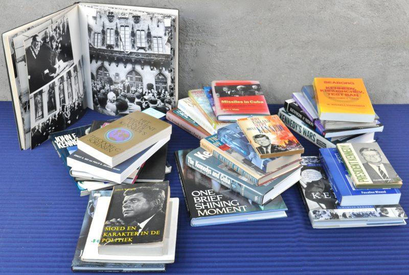 Lot boeken over John F. Kennedy met aandacht aan zijn buitenlandbeleid. Bevattende boeken gaande over de Cuba crisis, Europa, zijn relatie met Chroesjtsjov etc...