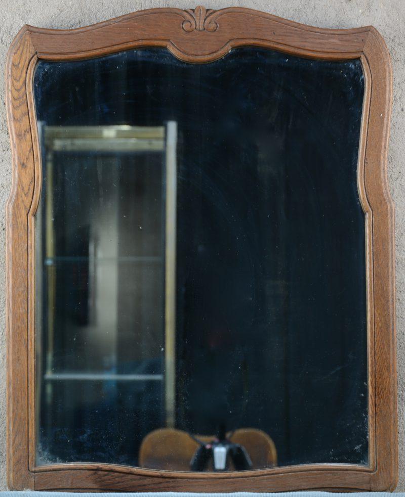 Een eikenhouten spiegel.