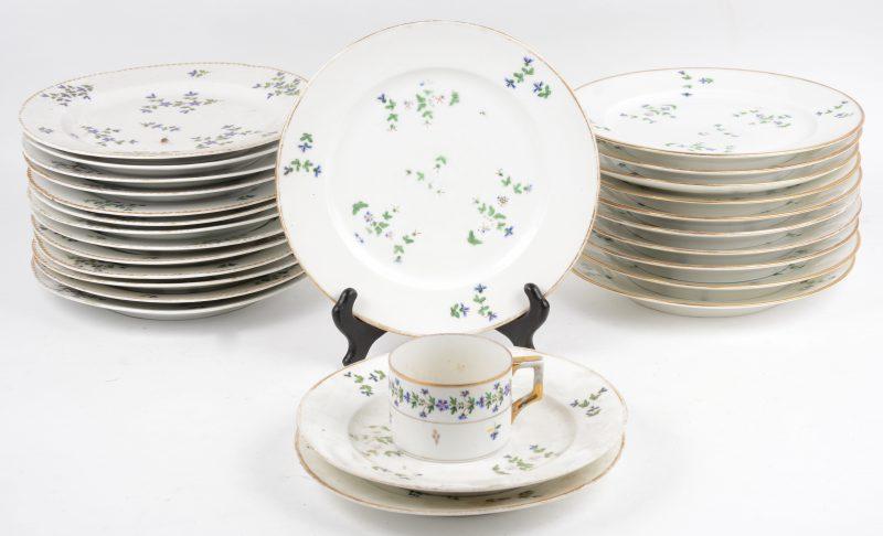 Een porseleinen servies met meerkleurig bloemendecor, bestaande uit dertien grote borden, elf grote platte borden met ronde rand, twee kleine platte borden en een kopje. Gemerkt. Omstreeks 1900.