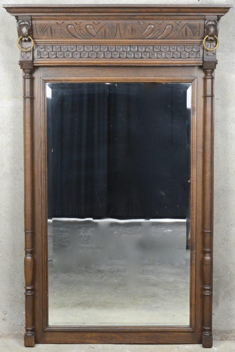 Een eikenhouten spiegel in Mechelse renaissancestijl.