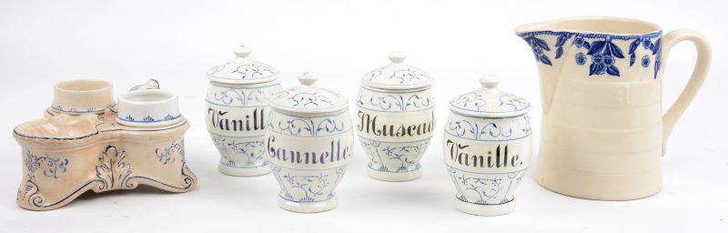 Een lot blauw en wit aardewerk, bestaande uit vier keukenpotjes, een kannetje van Boch La Louvière en een peper-en zoutstelletje van Villeroy & Boch.