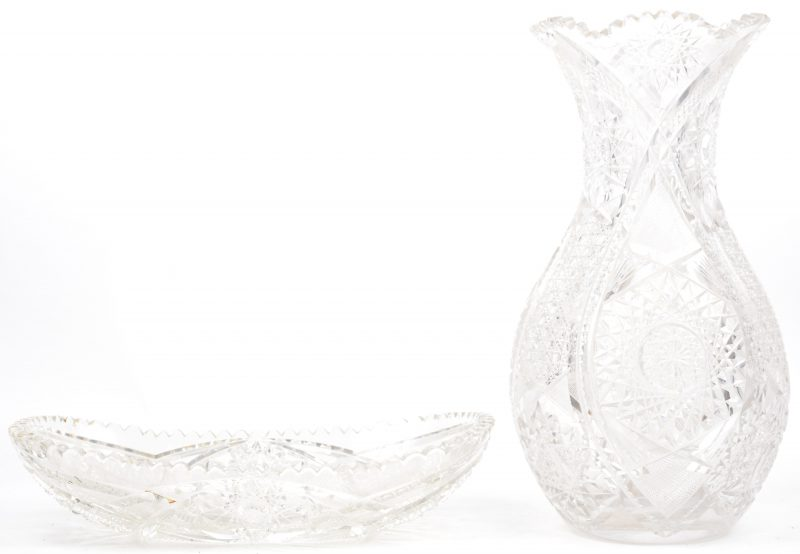 Een grote kleurloze kristallen vaas en een dito langwerpige fruitschaal.