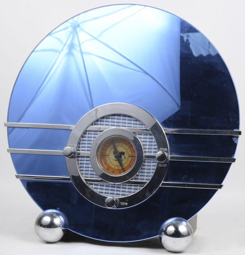 Een replica van een Sportion Bluebird radio uit 1935. Collectors edition model 961949 uit 1998. Bovenste rij decorative lijnen hersteld.