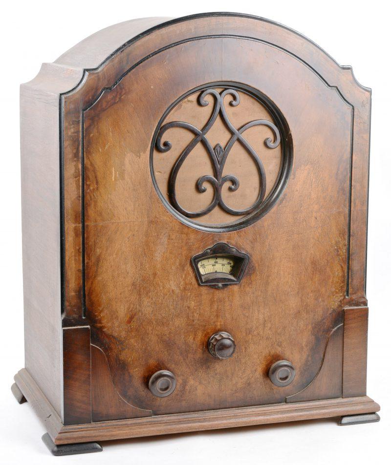 Een oude radio in houten kast. Type Bell 50. Bouwjaar 1932.