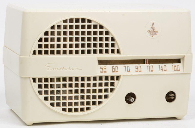 Een oude radio in kunststof kast. Binnenwerk los. Draaiknoppen manco.