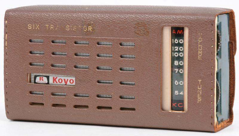 Een draagbare transistorradio, model 604 deluxe. Omstreeks 1964.