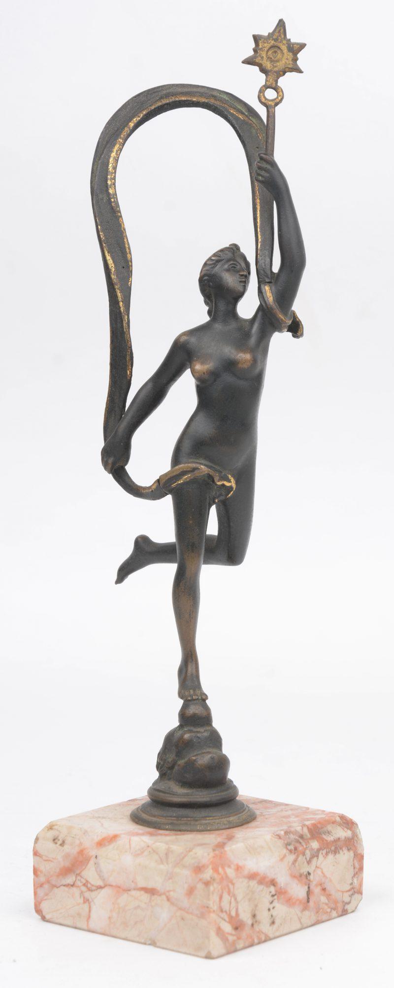 """""""vrouwelijk aakt met ster"""". Een bronzen beeldje op roze marmeren voetsukje. tijdperk art nouveau."""