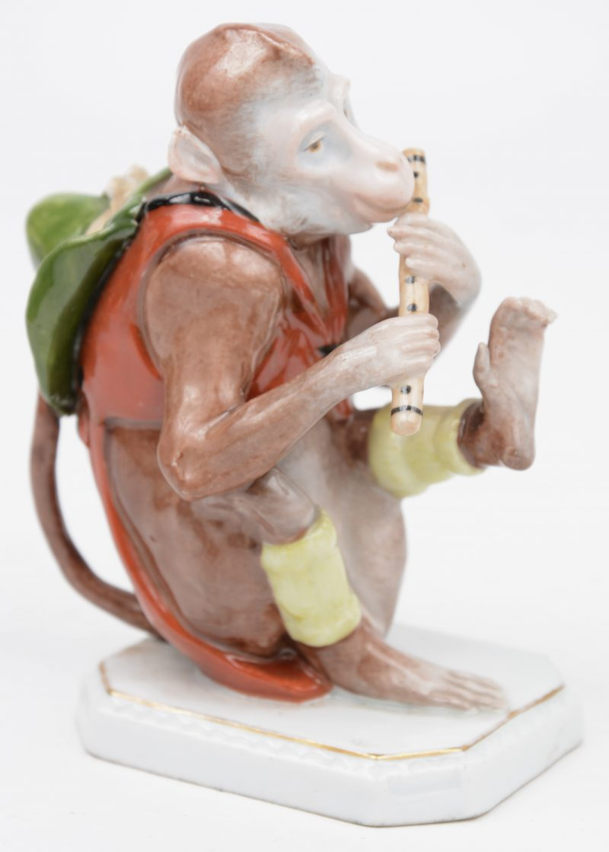 Een musicerend aapje van meerkleurig Saksisch porselein. Onderaan gemerkt.