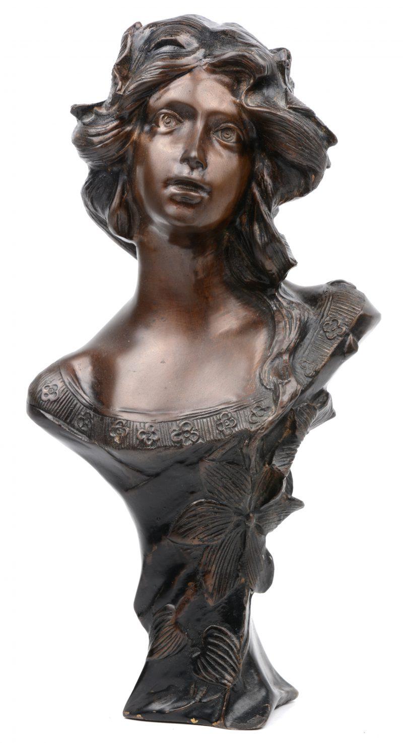 Een bronzen meisjesbuste in art nouveaustijl naar een werk van moreau.