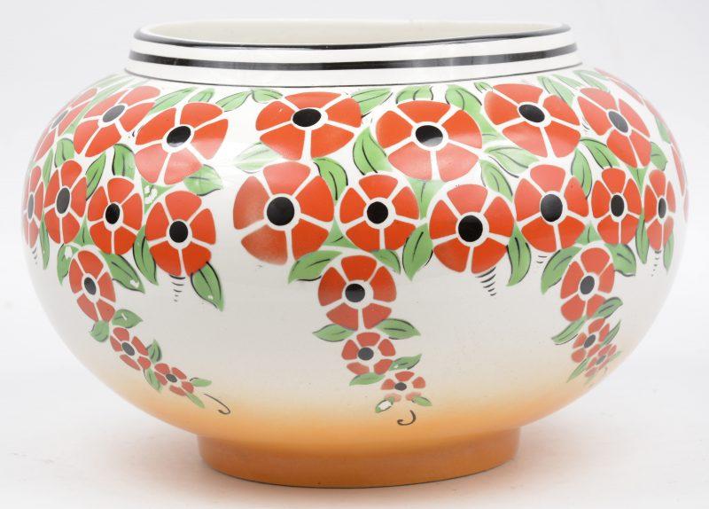 Een aardewerken vaas met gestileerd bloemendecor. Art deco.