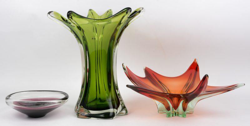 Een vaas, een siercoupe en een schaal van gekleurd Muranoglas.