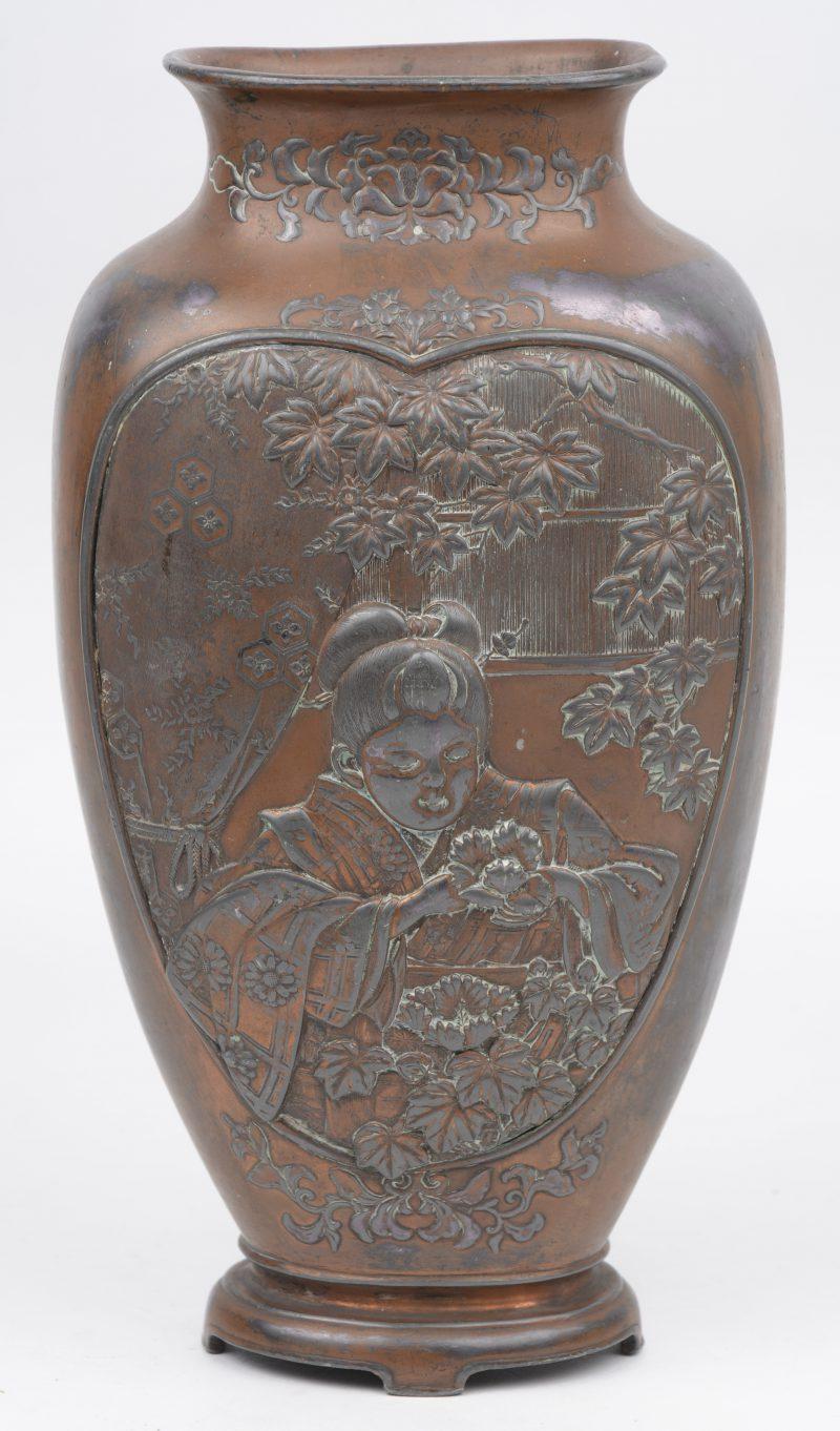 Een bronzen vaas, Japan tijdperk Meiji.