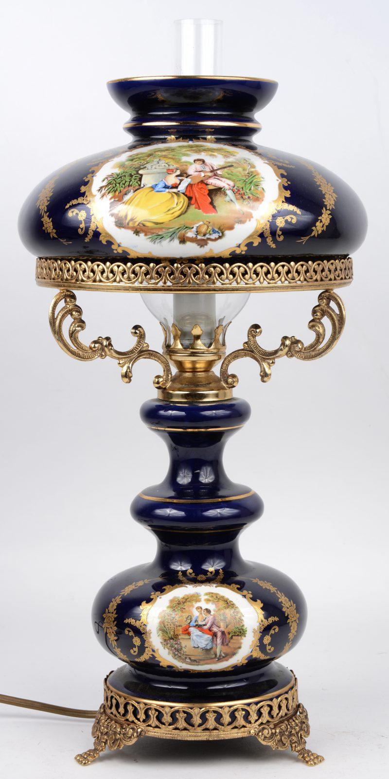 Een lampje van kobaltblauw porselein met messingen montuur in de stijl van het Sèvresporselein.
