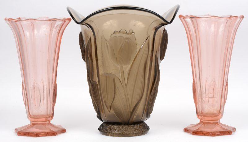 Drie art deco vazen van gemouleerd glas.