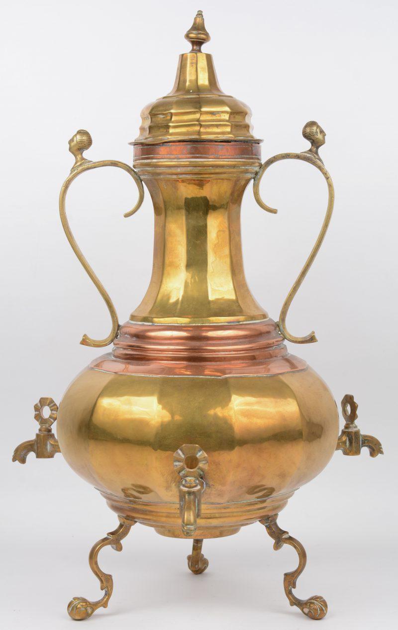 Een samovar van rood en geel koper met drie kraantjes. XIXe eeuw.