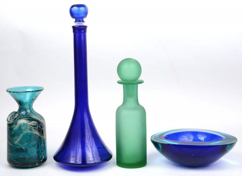 Een lot gekleurd glaswerk, bestaande uit twee glazen karafjes en een vaasje en een blauw kristallen vide-poche.