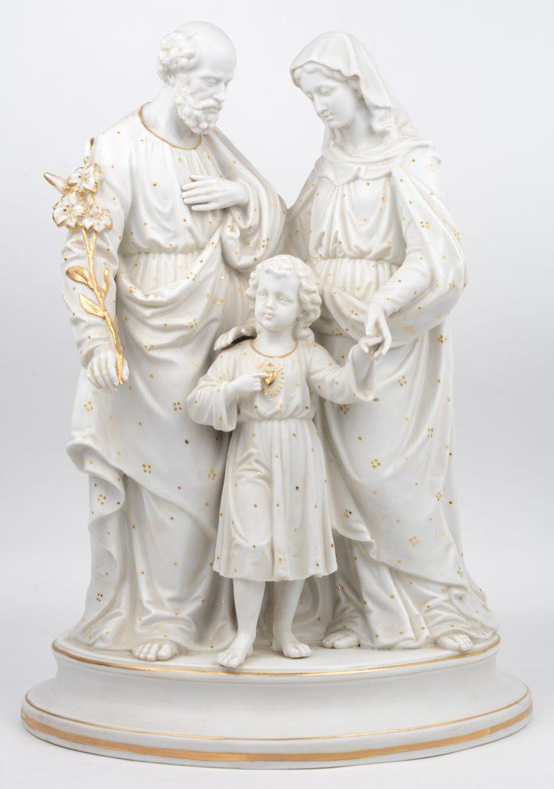 """""""De Heilige familie"""". Een groep van monochroom wit biscuit met vergulde details."""