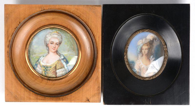 Twee miniaturen met damesportretten, de éne van Maria Leczinska. Beide gesigneerd.
