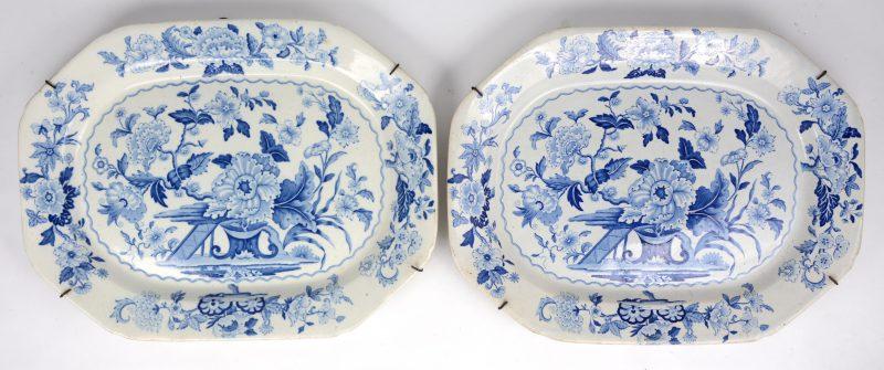 Een paar grote Engelse aardewerken vleesschalen met een blauwwit bloemendecor. Gemerkt Dresden Opaque China