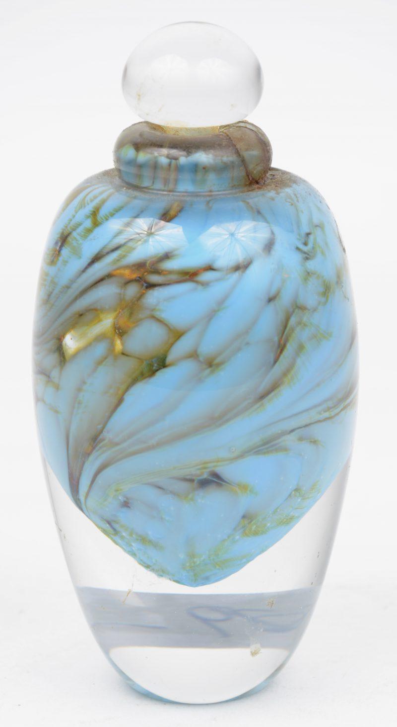 Een zware glazen parfumflacon met inclusie. Onderaan gemerkt: Clarke Glass n° 32.