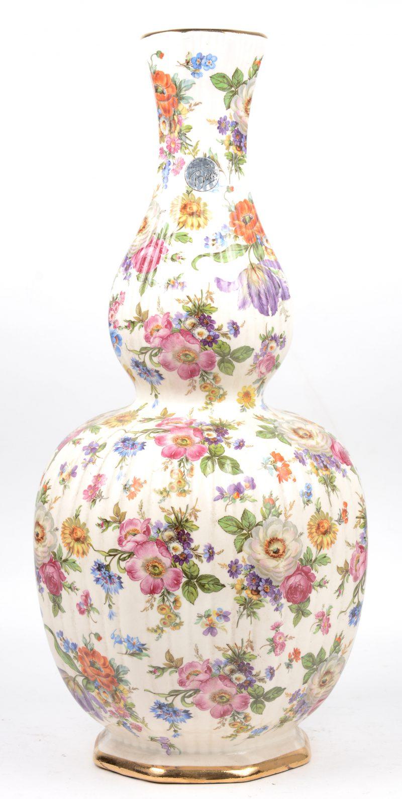 Een aardewerken kalebasvaas met meerkleurig bloemendecor. Onderaan gemerkt en met sticker.