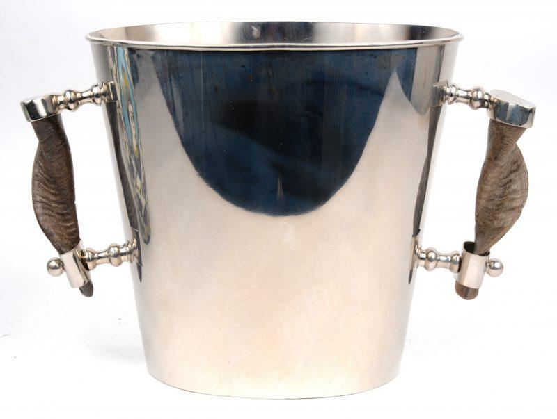 Een witmetalen wijnkoeler met handvatten van hoorn.